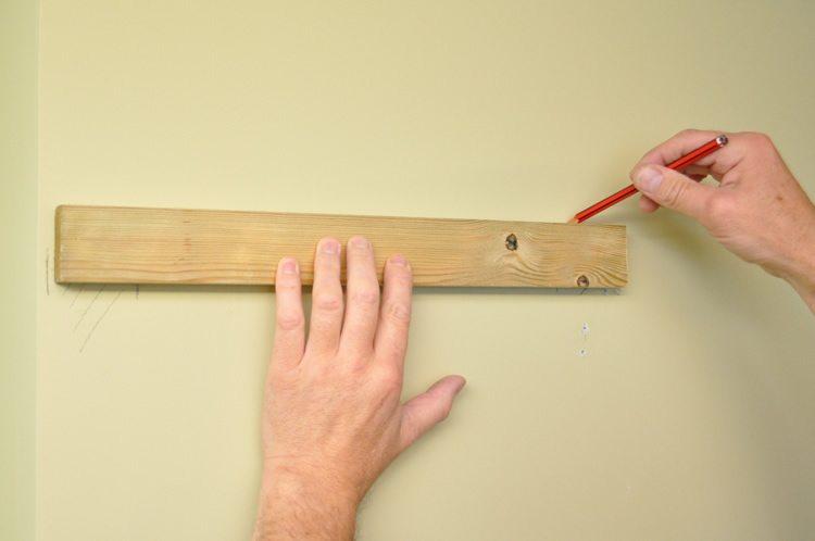 Даже при монтаже простой конструкции необходимы замеры стены