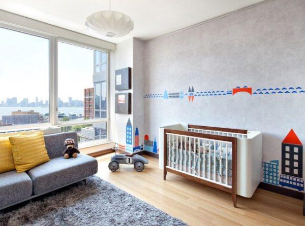 Детская кроватка для новорожденного в просторной детской спальне