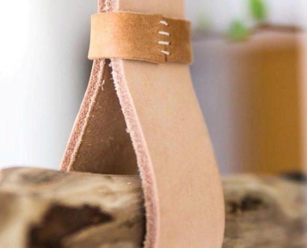 Для того чтобы спрятать шов необходимо сделать декоративные элементы из дополнительных кусочков кожи
