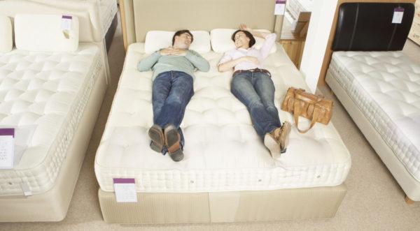 Двутиповая кровать подстраивается под обоих спящих