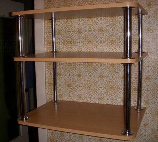 Этажерка, или небольшой настенный стеллаж – так же неплохой вариант для установки и хранения микроволновой печи