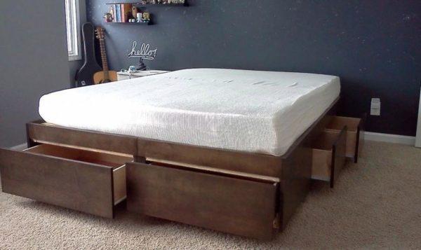 Готовая конструкция кровати-подиума с матрацем