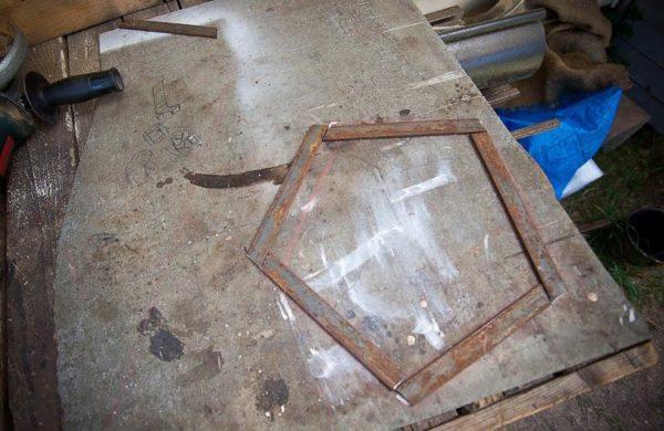 Изготавливаем металлические заготовки каркаса сиденья - толщина полосы должна быть около 2,5 сантиметров.