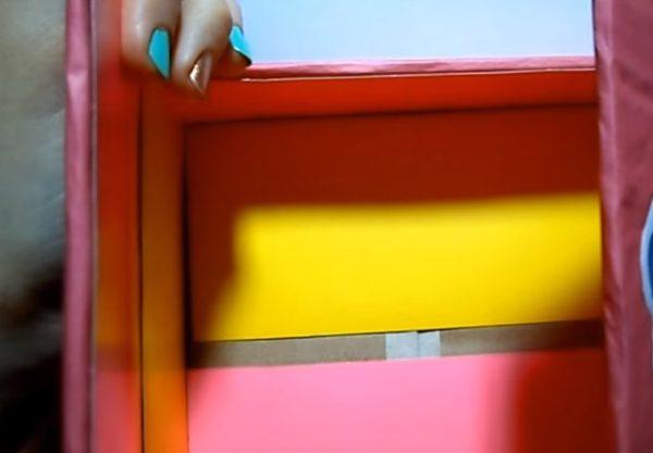 Изнутри наклеен цветной картон