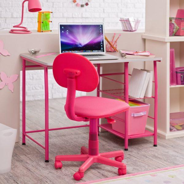 Рабочее место в комнате для девочки