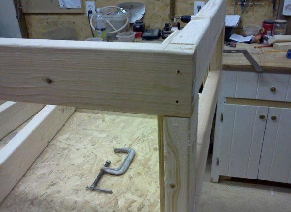 Конструкцию собирают мебельными гвоздиками