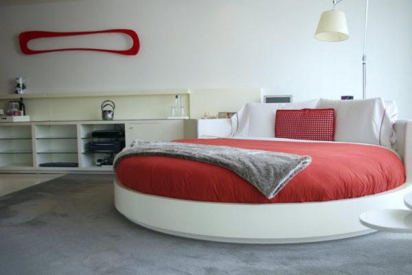 Круглая кровать не способствует экономии пространства