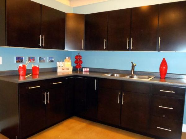 Кухня в коричнево-голубых тонах