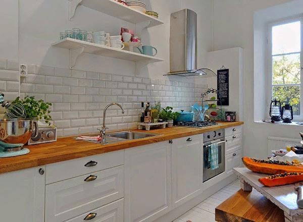 Кухня в светлых тонах со столешницей из древесины