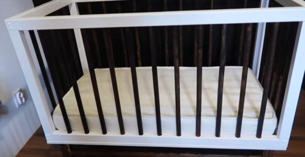 Матрас уложен в готовую кроватку