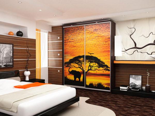 Мотив фотофасада может дополнять общую стилистику комнаты