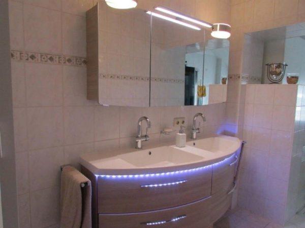 Можно повесить светильники напротив зеркала в любой комнате