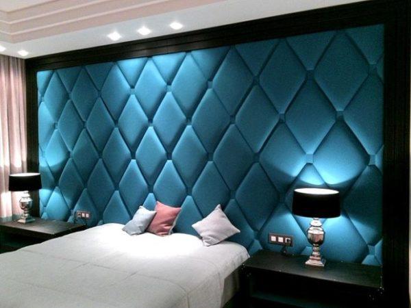Мягкое контрастное изголовье кровати, на котором заложены определённым способом пышные, объемные складки на ткани