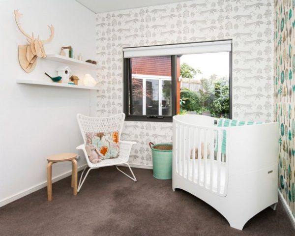 Небольшая белая кроватка для новорожденного