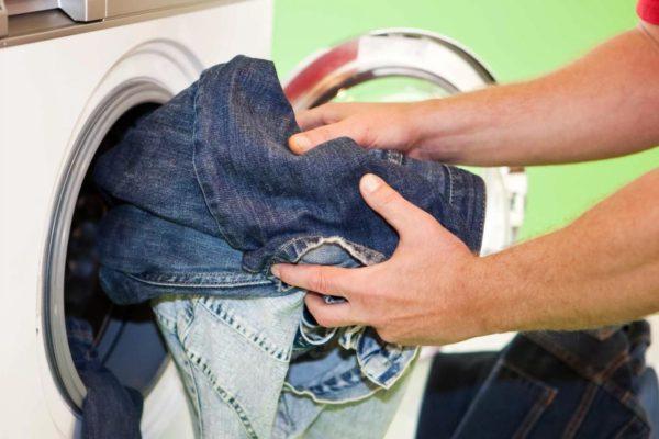 Некоторые виды джинсовой ткани можно стирать в стиральной машинке только на деликатном режиме