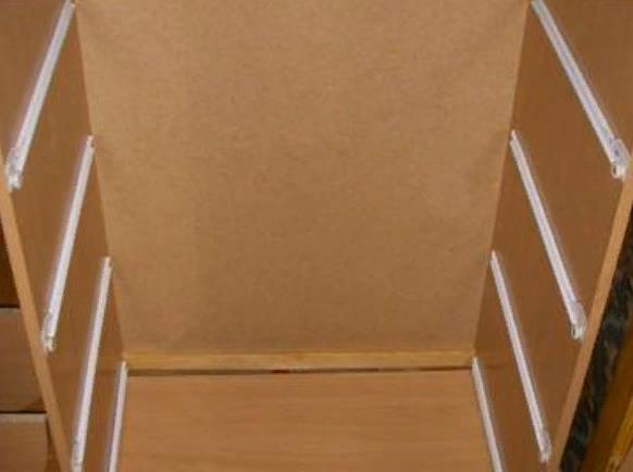 Необходимо разметить места крепления направляющих на двух стенках комода. На этом этапе рекомендуется несколько раз перепроверить правильность отметок