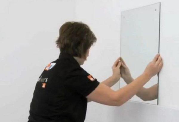 Необходимо снять защитный слой с двухстороннего скотча и присоединить зеркало к стене