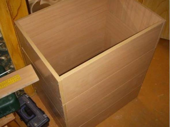 Необходимо убедиться в правильности сборки частей ящика, а затем прикрепить днище