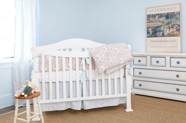 Независимо от того, будет это отдельная комната в квартире или угол в комнате родителей, без детской кроватки обойтись, никак не получится