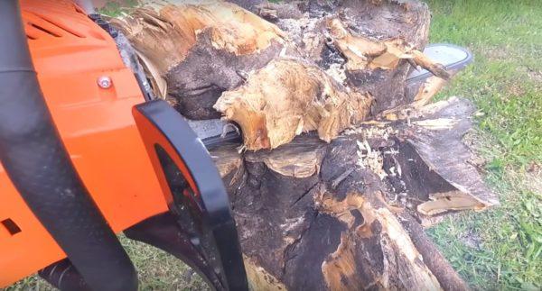Обрезаются излишки дерева