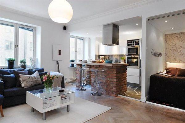 Одним из простейших способов обозначения границ между кухней и гостиной является использование ковра