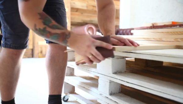 Ошкуривание заготовки предполагает обработку как отверстий, так и самой рамы