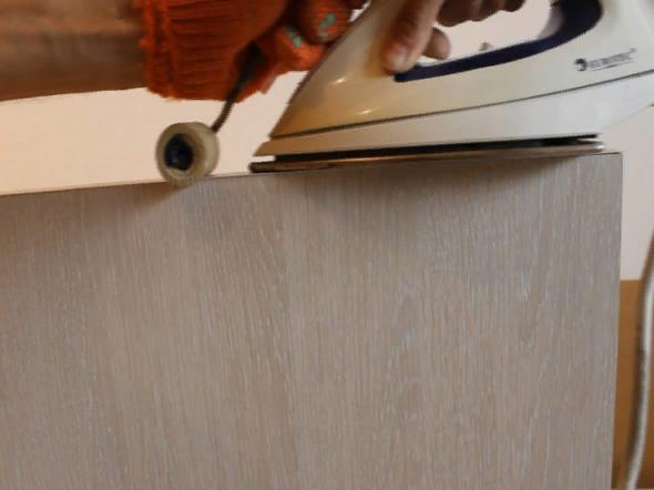 Оставшиеся части кромочной ленты необходимо срезать канцелярским ножом