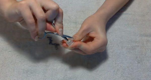 Отверстие можно сделать маникюрными ножницами
