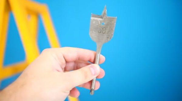 Диаметр пера для просверливания должен быть равен диаметру предполагаемого отверстия