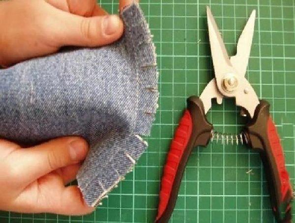 По завершению сшивания квадратов, необходимо сделать разрезы по всему периметру шва.