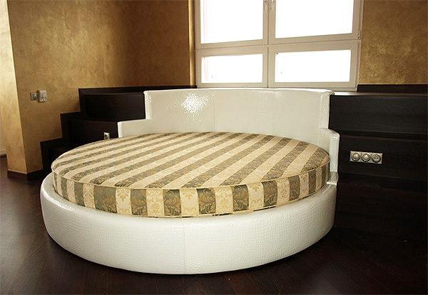 Подиум с круглой кроватью