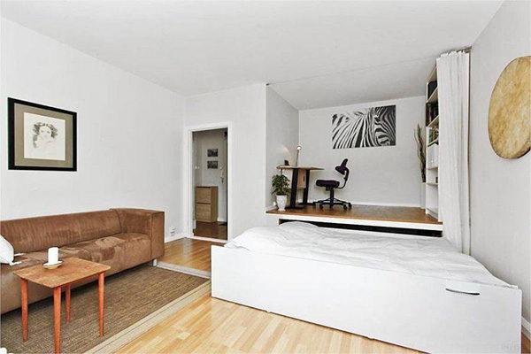 Подиум в комнате нестандартной геометрии с выдвижной кроватью