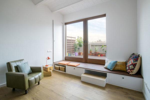 Подоконник в качестве зоны для отдыха отличается от подоконника-стола или столешницы в первую очередь высотой