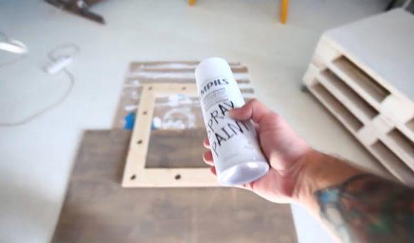 Покраска рамы осуществляется с помощью аэрозольного спрея