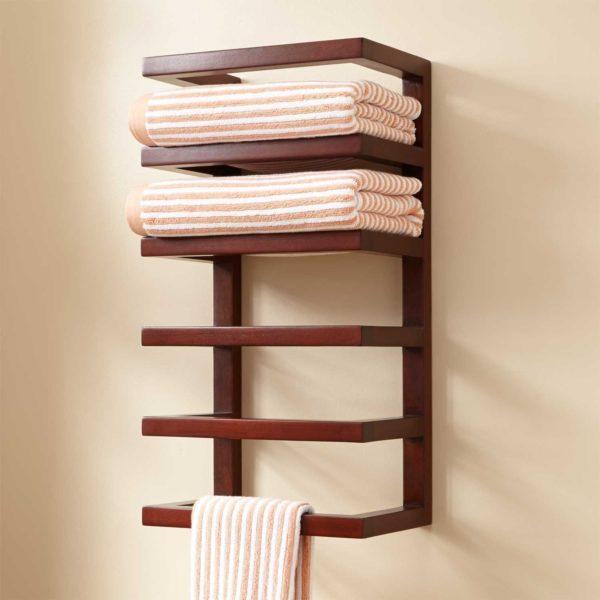 Полки из дерева также используются в ванной