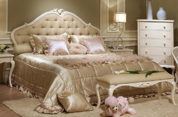 Помпезные кровати с широким изголовьем едва ли подходят для большинства однокомнатных квартир