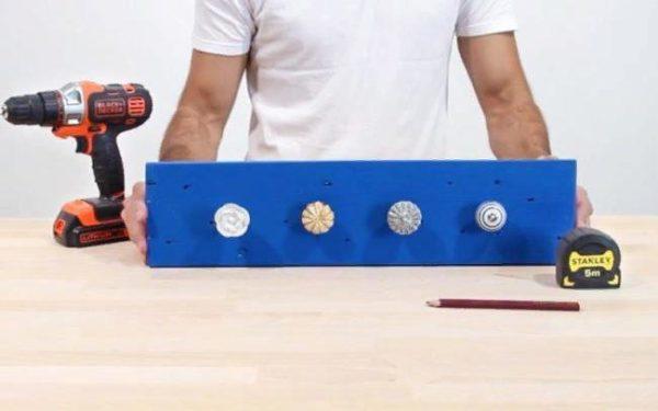 При желании можно декорировать такую вешалку различными дополнительными элементами, надписями, узорами