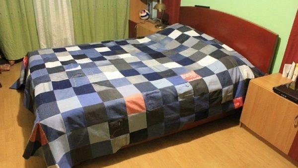 При желании можно сделать яркие акценты на одеяле с помощью ткани другого оттенка