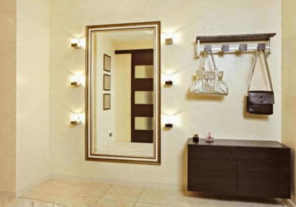Пример настенного зеркала с подсветкой