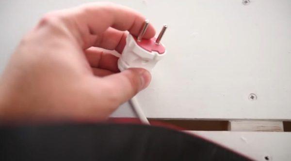 Приобретение вилки и выключателя позволит облегчить процесс сборки зеркала