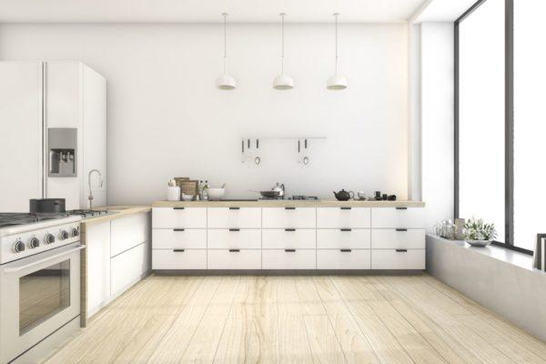 Просторная кухня без навесных шкафов
