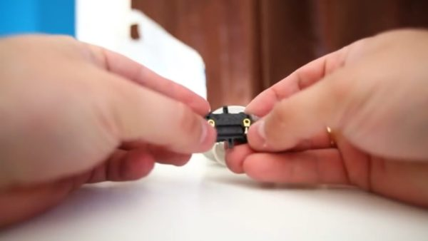 Провода должны проходить в два небольших отверстия
