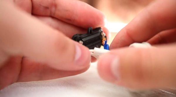Провода вставляются в патрон в скрученном виде