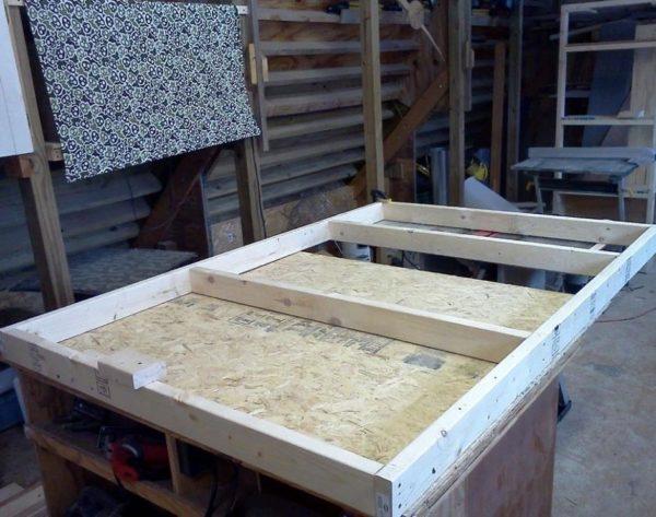 Работать удобнее на верстаке или прочном столе