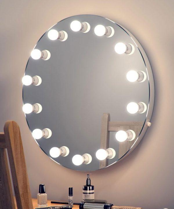 Расположение ламп на самом зеркале создает интересный эффект, однако является не самым практичным решением