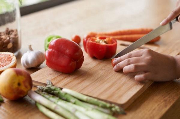 Разделочная доска должна соответствовать габаритам столешницы, на которой производится нарезка продуктов
