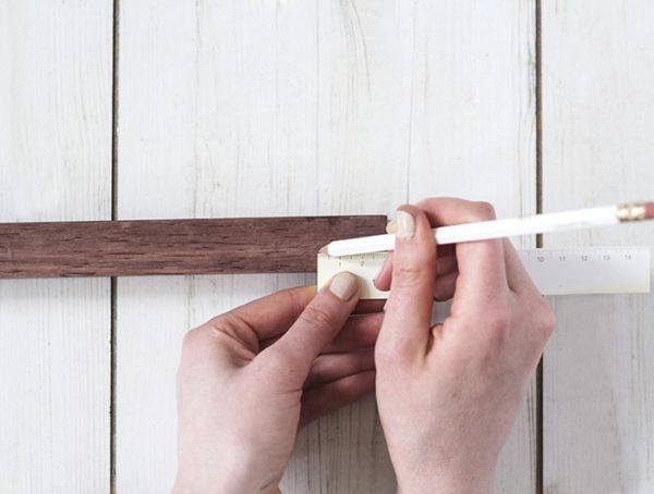 Размечается деревянная полоска