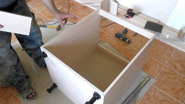 Сделать кухонную тумбу можно своими руками