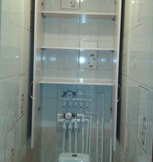 Шкаф в туалете с удобными полочками