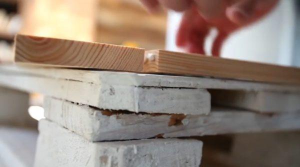 Склеивание будущей рамы для зеркала монтажным клеем